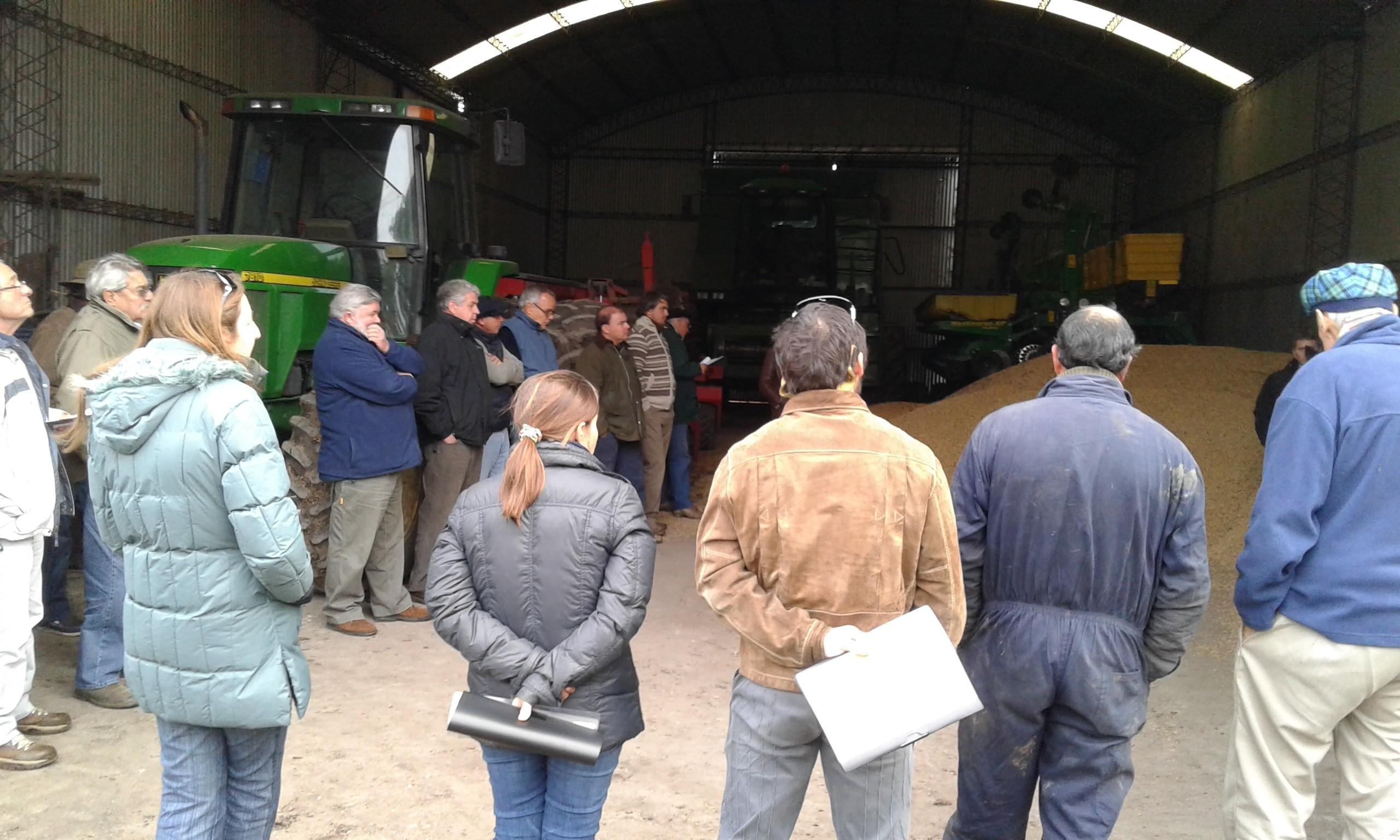 Algunos de los productores participantes atendiendo la presentación en uno de los predios visitados.